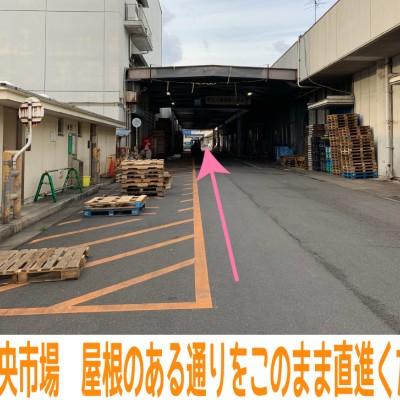 【行き方 その1】 梅小路京都西駅からの行き方をご案内します♪  改札口すぐ、七条通を左手に進みますと、京都中央市場が見えますので入場。 そのまま真っすぐ、屋根のある通りを直進ください。