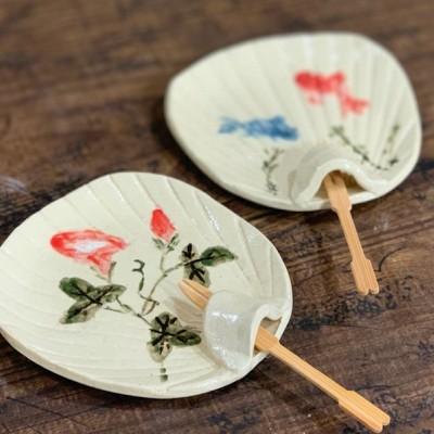 うちわの菓子皿作りに挑戦です!! 菓子楊枝を添えれば、夏の風物詩 うちわの形になる菓子皿作り。 柄はハンコがあるので、絵が苦手な方も安心です。  写真はイメージです。