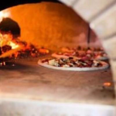 ピザ窯を使います!! 黙々と完成に向けて、、 ピザ釜でのピザ焼きのも挑戦!!