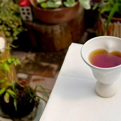 幸せの鈴の音カップ作りに挑戦です!!! 一風変わった「鈴入り」カップです♪ 振ると優しい鈴の音がします。 このカップで優雅なティータイムを♪ 写真はイメージです。