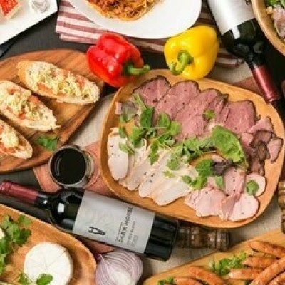 大満足イタリアン料理!! 飲み放題と大満足なお料理を提供♪ 皆様に満足していただけるように、お店と打ち合わせを重ね、こだわりのフードを提供いただいております♪ 嬉しい!ビュッフェ形式ではなく、店員さんがご丁寧にお席までお持ちします! 心もお腹も満足していただけますよ♪ ■■フードメニュー■■ お料理テーマはイタリアン 1.生ハムシーザーサラダ 2.スモークチキンのレモンロースト風味 3.ショルダーハムセサミペースト 4.コンソメフライドポテト 5.pizzaマルゲリータ 6.リゾット風エビピラフ 7.ミートソーススパゲッティ 8.チョリソーと粗挽きウインナーの盛り合わせ 9.枝豆オリーブガーリック 10.デザート カットケーキ 充実したfoodになります! 《フリードリンク》 バーテンダーが1杯1杯丁寧にお作りいたします! □ビール □チューハイ □ハイボール □グラスワイン □各種カクテル □各種ソフトドリンク