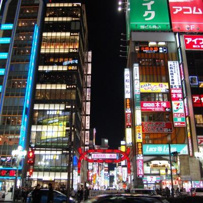 新宿には魅力的なエリアが多数存在します♪ 歌舞伎町がある「東口エリア」 高層ビルが立ち並ぶオフィス街を有する「西口エリア」 ニュウマンやミライナタワーの完成で話題の「南口エリア」など、 新宿には主役を張れるエリアがたくさんあるんです♡