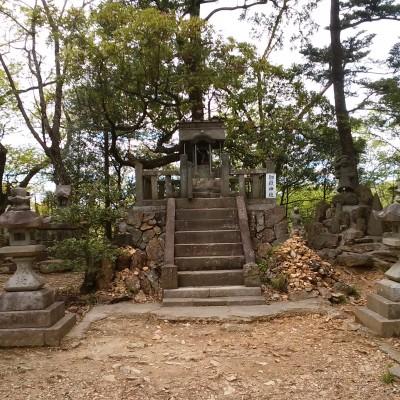両崖山の山頂にある御嶽神社