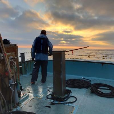 漁師は朝が早く、昼過ぎに仕事が終わります。日曜日は休み。