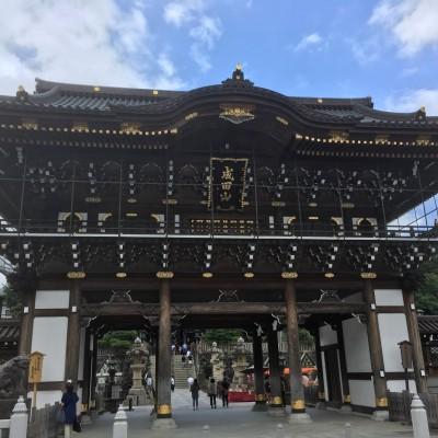 成田山新勝寺の総門になります。