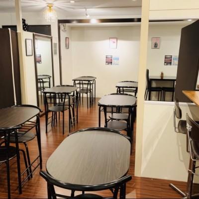 会場の写真です。 桜木町駅徒歩4分の好立地なためお気軽にご参加できます。 内装もウッド調とホワイトで統一された話しやすい空間です♪